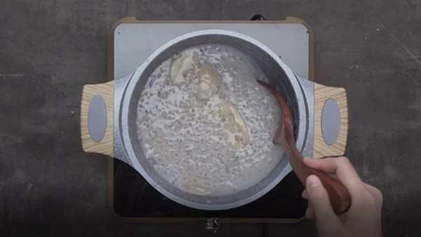cho hết chỗ chuối đã sơ chế vào nồi và đun sôi một lúc để chuối chín đều và nguyên liệu hoà quyện vào nhau.